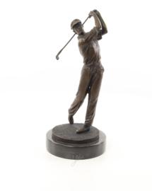 Een bronzen beeld van een golfer
