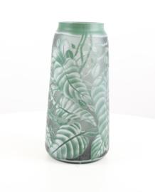 Een cameo glasvaas frisgroene bladeren