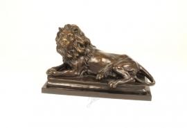 Bronzen beeld van een liggende leeuw