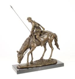 Bronzen beeld van soldaat op de rug van zijn paard