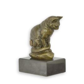 Brons beeld van een zittende kat