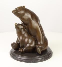 Bronzen beeld van moeder beer met jong