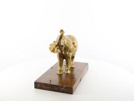 Een bronzen beeld van een olifant