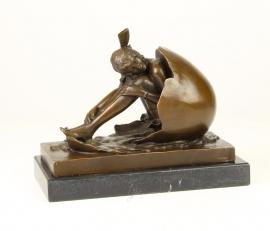 Bronzen beeld van jongen in eierschaal genaamd cholesterol