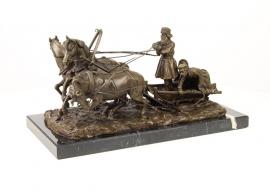 bronzen beeld van drie paarden en ruiters in een trojka
