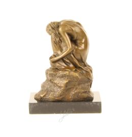Bronzen beeldje van een dromend meisje op een rots