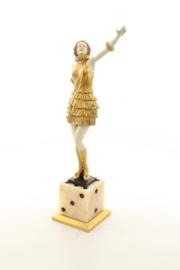 Een bronzen beeld van een dame gemonteerd op een dobbelsteen marmer voet