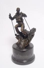 Bronzen  beeld van een skiër