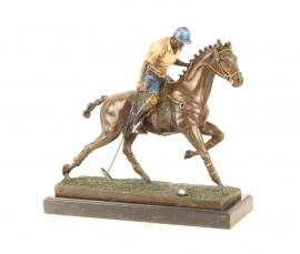 bronzen beeld van een polospeler