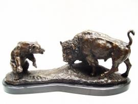 Bronzen beeld van een stier in gevecht met beer