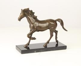 Bronzen beeld van een paard in draf