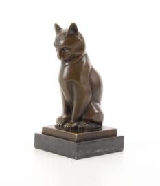 Een bronzen beeld van een kat