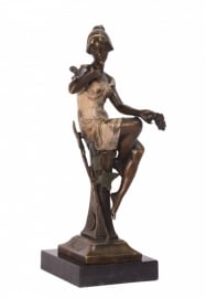 Brons beeld zittende vrouw antiekgekleurd