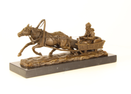 Bronzen beeld paard en slee aangestuurd door zijn baas.