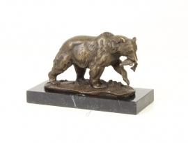 Bronzen beeld van een grizzlybeer met prooi