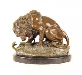 Bronzen leeuw met slang