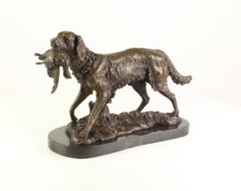 Bronzen  beeld  van een jachthond met prooi