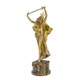 Een bronzen beeld van een zwaard danser