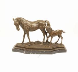 Bronzen paard met veulen