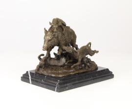 Bronzen beeld van wildzwijn aangevallen door jachthonden.