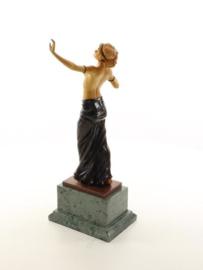 Een bronzen gecombineerd met hout beeld van een jonge vrouw