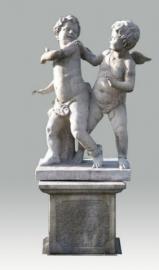 standbeeld van twee engelen op sokkel