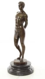 Bronzen beeld van een naakte man.