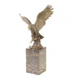 Bronzen beeld van vissende adelaar