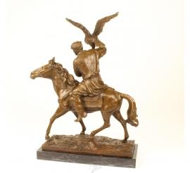 Bronzen sculptuur een man op een paard, zich voorbereidt op het loslatenvan zijn jacht arend