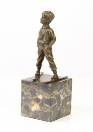 Bronzen beeld van een jongen op Ski op een marmeren sokel