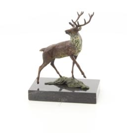Een bronzen sculptuur van een edelhert
