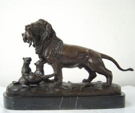 Bronzen  beeld van leeuw leeuwin en jong