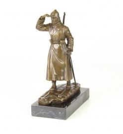 Bronzen beeld van een soldaat op zijn ski's