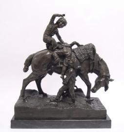 Bronzen beeld van kinderen spelend met hun paard