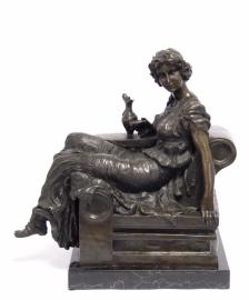 Bronzen dame op de sofa