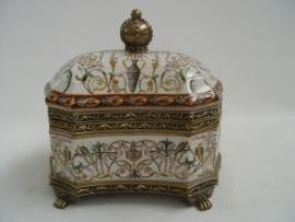 Porseleinen doosje afgewerkt met brons en beschilderd.