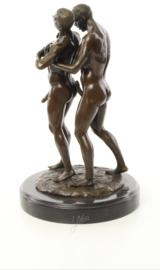 Hartverwarmend erotisch bronzen koppel van twee gay / homo mannen