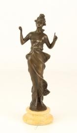 Bronzen  beeld staande dame