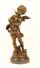 Bronzen beeld van putto spelend op zijn bekkens.