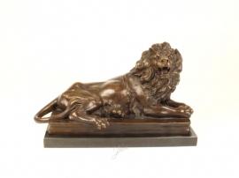 Bronzen beeld van een liggende leeuw uniek beeld