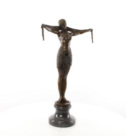Een bronzen beeld van sjaal danser