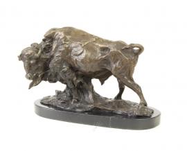 een bronzen kunstwerk van een buffel