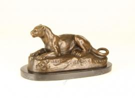 Bronzen liggende leeuwin