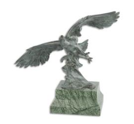 Een bronzen sculptuur van een adelaar tijdens de vlucht