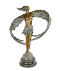 Een bronzen sculptuur van een gevleugelde MAN