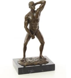 Bronzen beeld naakte man met zijn penis in zijn hand