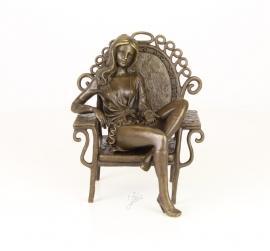 Bronzen beeld jonge erotische damein pauwstoel