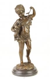 Een bronzen beeld van een meisje met een kat