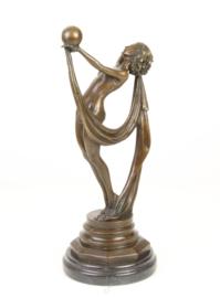 Bronzen beeld van vrouw met de aardbol in de hand.