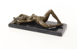 Erotische bronzen beeld van een liggende vrouw